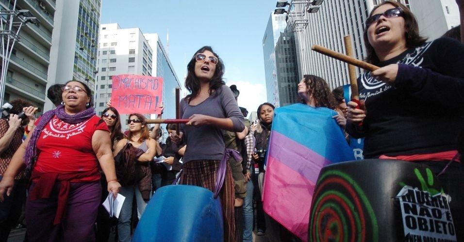 4.jun.2011 - Manifestantes tocam tambor durante Marcha das Vadias, na avenida Paulista (zona oeste de São Paulo). O protesto se inspira na 'SlutWalk', manifestação de alunas universitárias em Toronto (Canadá) no último mês de abril. Na ocasião, um policial sugeriu às alunas que não se vestissem como