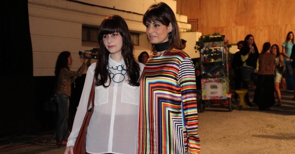 A cantora Fernanda Abreu e a filha Sofia conferem o quarto dia de desfiles do Fashion Rio (25/5/12). O evento de moda acontece no Jockey Club, zona sul do Rio