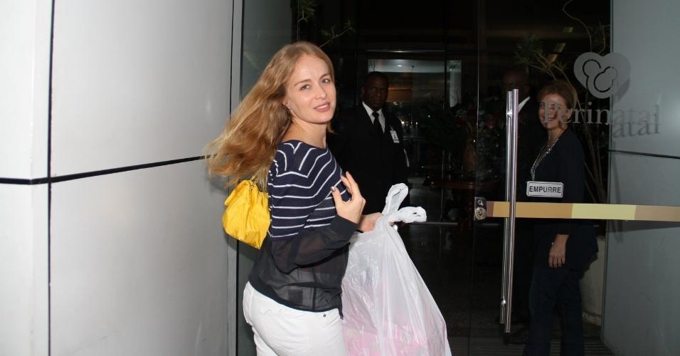 Angélica chega à maternidade para visitar Sofia, filha de Grazi Massafera e Cauã Reymond (24/5/12)