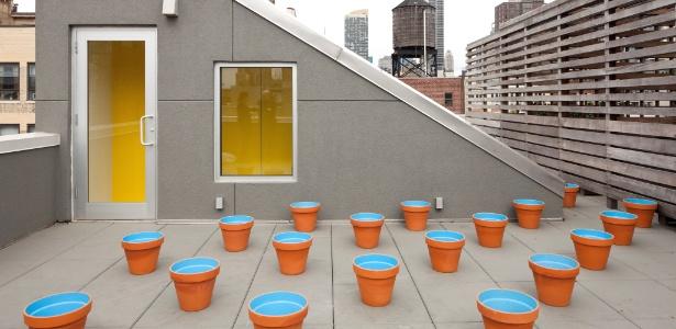A cobertura da designer Barbara Littman, em Nova York, tem jardim de vasos vazios em seu amplo terraço - Bruce Buck/ The New York Times