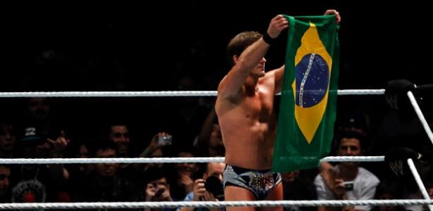 Chris Jericho com a bandeira do Brasil, antes do pisão: lutador foi suspenso pelo WWE