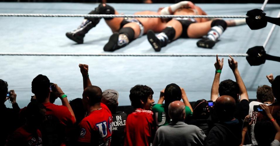 Atual campeão, CM Punk (de barba) venceu Chris Jerich e manteve o cinturão em luta que teve polêmica: PM de São Paulo, que fazia segurança do evento, ameaçou prender Jericho por pisar na bandeira do Brasil. Confusão só foi resolvida com pedido de desculpas do lutador