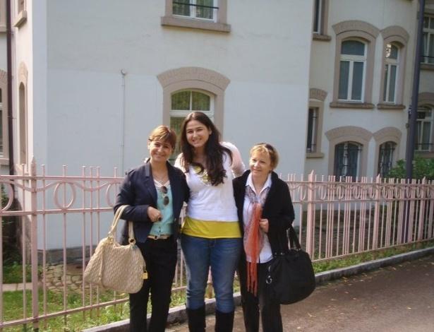 Beatriz Reiner com a mãe e a avó na frente da Stammhaus quando chegou para fazer seu intercâmbio de High School, no final de setembro de 2010