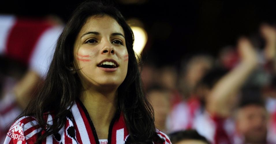 Bela torcedora do Athletic Bilbao acompanha a decisão da Copa do Rei contra o Barcelona