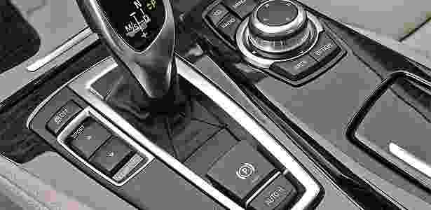 BMW Série 5 com freio de estacionamento elétrico, na tecla com o ícone (P): só em carro caro - Divulgação