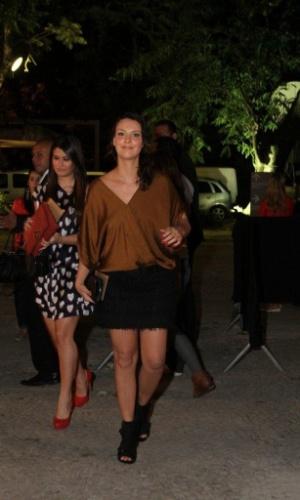 Camila Rodrigues confere o quarto dia de desfiles do Fashion Rio (25/5/12). O evento de moda acontece no Jockey Club, zona sul do Rio