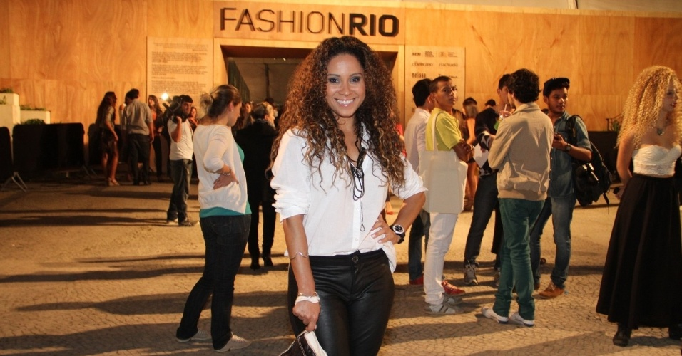 Cinara Leal confere o quarto dia de desfiles do Fashion Rio (25/5/12). O evento de moda acontece no Jockey Club, zona sul do Rio