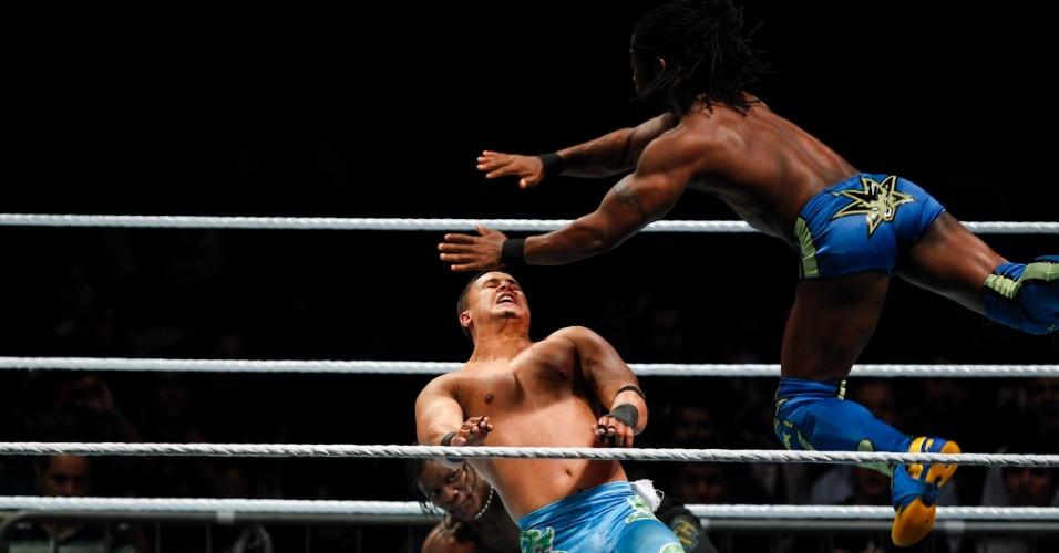 Em outro combate valendo título, R-Truth e Kofi Kingston venceram Primo e Épico
