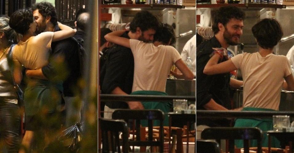 Gabriel Braga Nunes troca carícias e beija morena em bar no Leblon, no Rio de Janeiro (24/5/12)