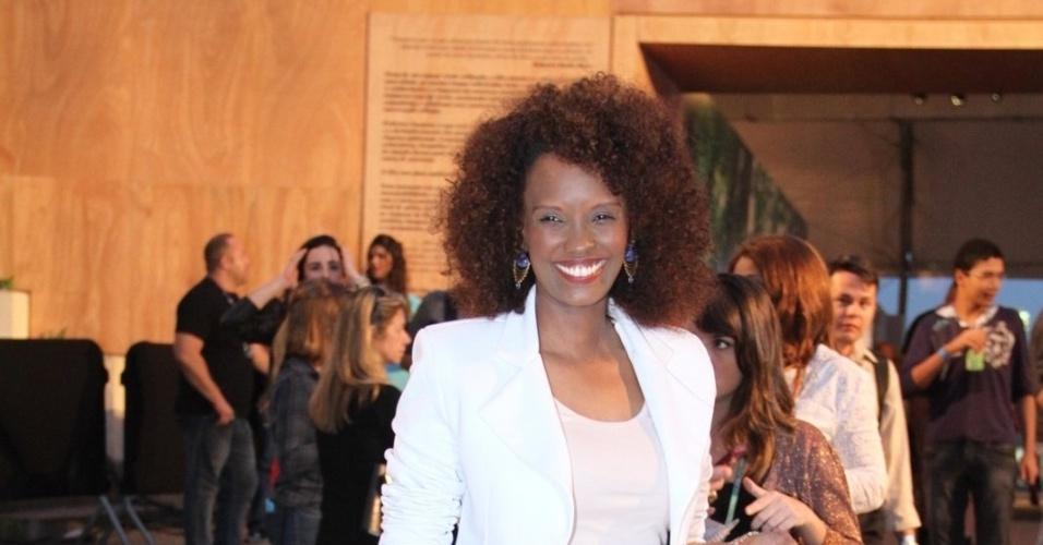 Isabel Fillardis confere o quarto dia de desfiles do Fashion Rio (25/5/12). O evento de moda acontece no Jockey Club, zona sul do Rio
