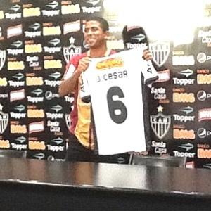 """Júnior César, que assinou contrato até dezembro de 2013, vê """"responsabilidade grande"""" no Atlético"""