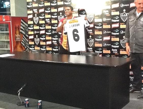 Júnior César é apresentado pelo Atlético-MG (25/5/2012)