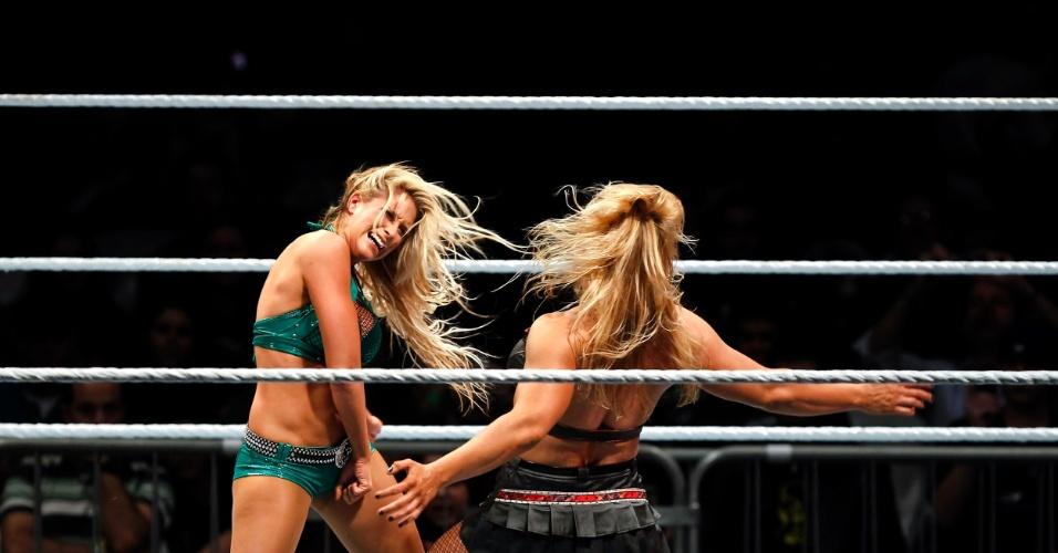 Na única luta feminina da noite, a vilã Beth Phoenix (dir) venceu Kelly Kelly
