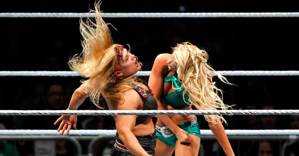 Na única luta feminina da noite, a vilã Beth Phoenix (esq.) venceu Kelly Kelly