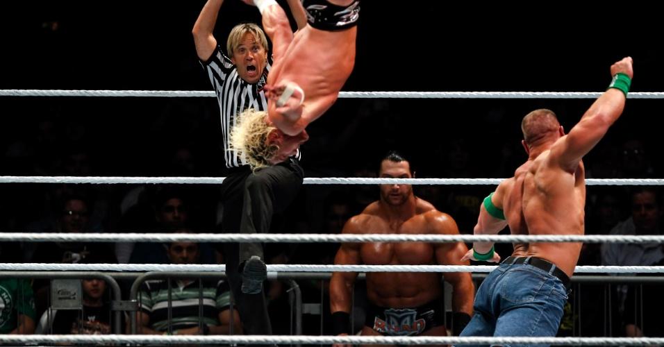 No segundo combate mais importante da noite, o ex-campeão John Cena bateu Dolph Ziegler (voando)