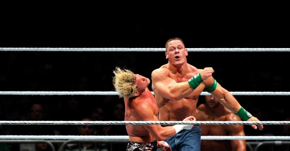 No segundo combate mais importante da noite, o ex-campeão John Cena (dando o golpe) bateu Dolph Ziegler