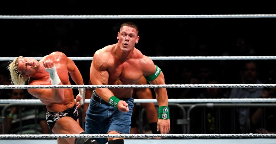 No segundo combate mais importante da noite, o ex-campeão John Cena (dir) bateu Dolph Ziegler