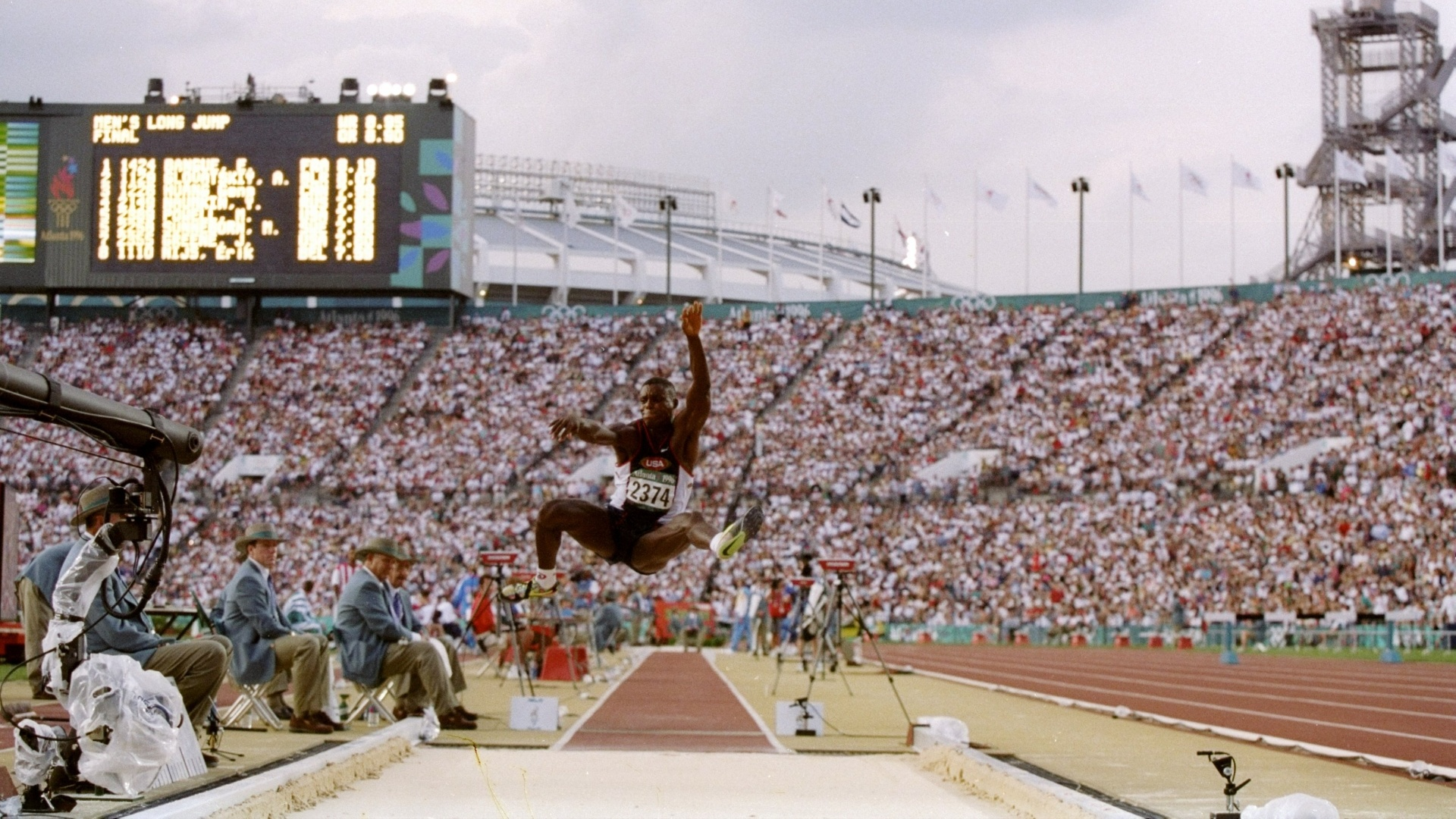 Norte-americano compete no salto em distância durante os Jogoa de Atlanta-1996
