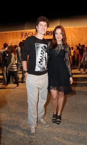 """O ator Caio Paduan, o Gabriel de """"Malhação"""", e a namorada Juliana Lohmann conferem os desfiles do terceiro dia do Fashion Rio (24/5/12)"""