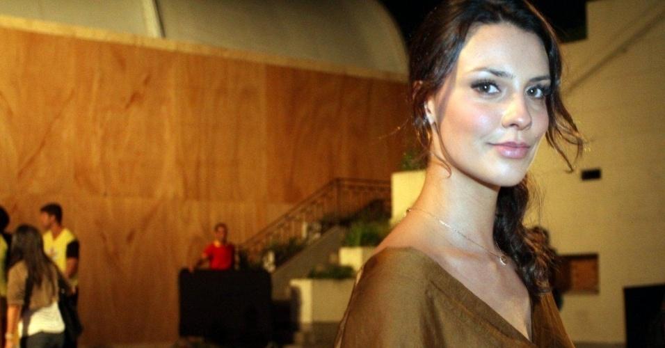 O ex-BBB Yuri confere o quarto dia de desfiles do Fashion Rio (25/5/12). O evento de moda acontece no Jockey Club, zona sul do Rio