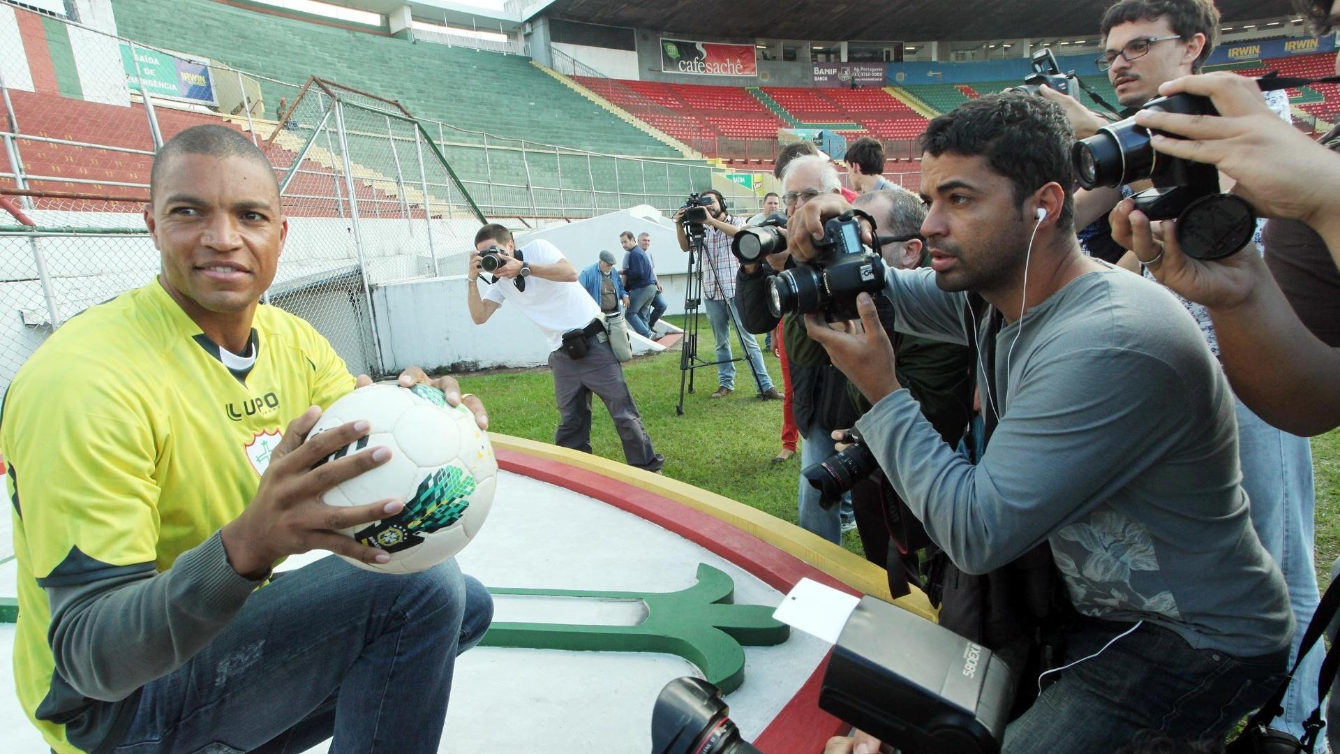 O goleiro Dida é fotografado por jornalistas durante apresentação à Portuguesa nesta sexta-feira