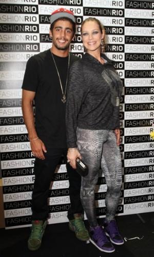 Pedro Scooby posa ao lado da mulher, Luana Piovani, no Fashion Rio 2013 (24/5/12)
