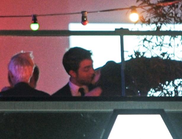Robert Pattinson e Kristen Stewart se beijam em Cannes (23/5/12)