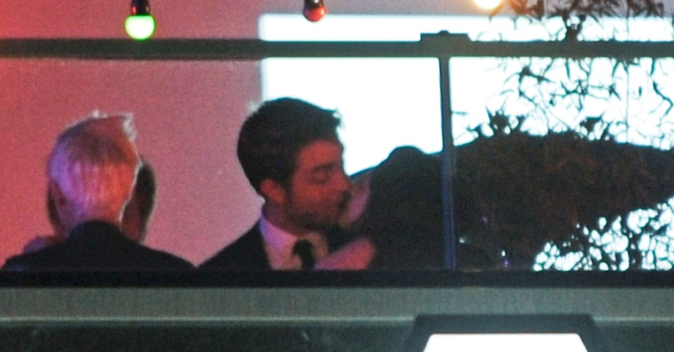 Robert Pattinson e Kristen Stewart se beijam em Cannes (24/5/12)