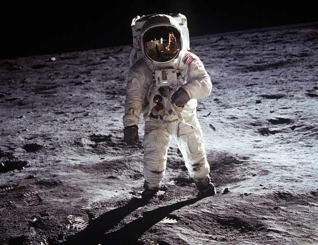 Se vivêssemos na lua, daríamos passos de gigante. Saltaríamos mais que cangurus. E não é por que teríamos adquirido algum superpoder. Mas apenas por causa das propriedades da gravidade e da aceleração gravitacional. Isso já sabia Isaac Newton, muito tempo antes de o homem pisar na lua pela primeira vez.