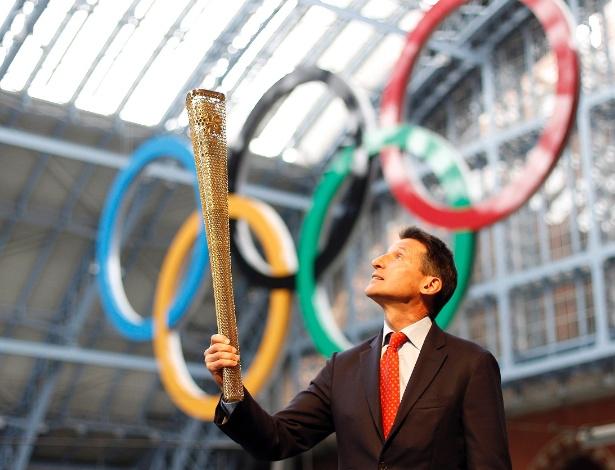 Sebastian Coe, presidente dos Jogos Olímpicos de Londres-2012, segura a tocha olímpica (08/06/2011)