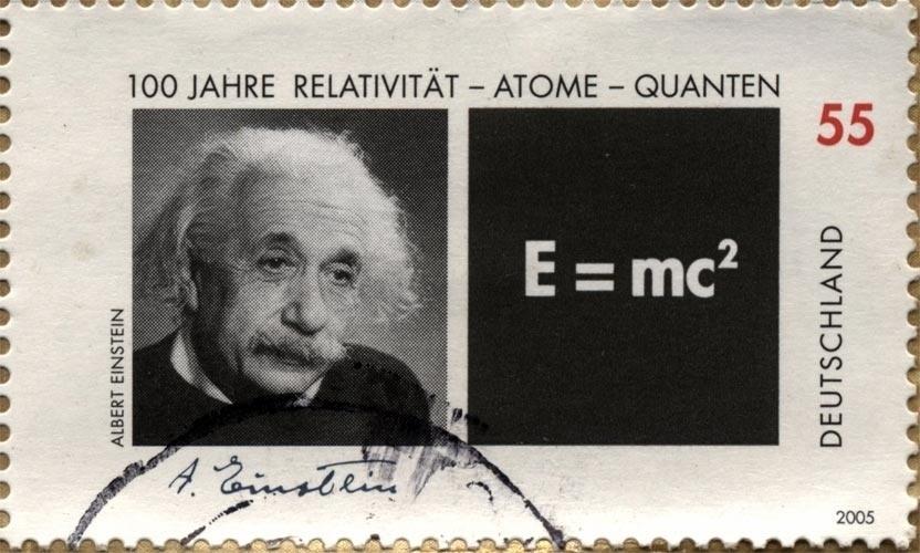 Tempo e espaço são relativos e estão entrelaçados. Albert Einstein, o mais célebre cientista do século XX causou uma revolução na Física com a sua Teoria da Relatividade. Suas descobertas mudaram a forma como se entendia o mundo e trouxeram um avanço sem precedentes para o estudo da Física.