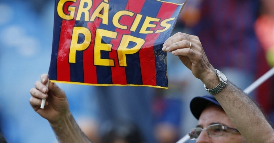 """Torcedor do Barcelona exibe bandeira com a frase """"Obrigado, Pep"""" antes do início da final da Copa do Rei"""