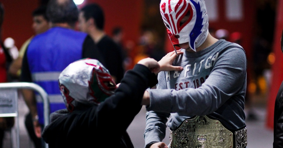 Torcedores de máscara no show do WWE no Brasil