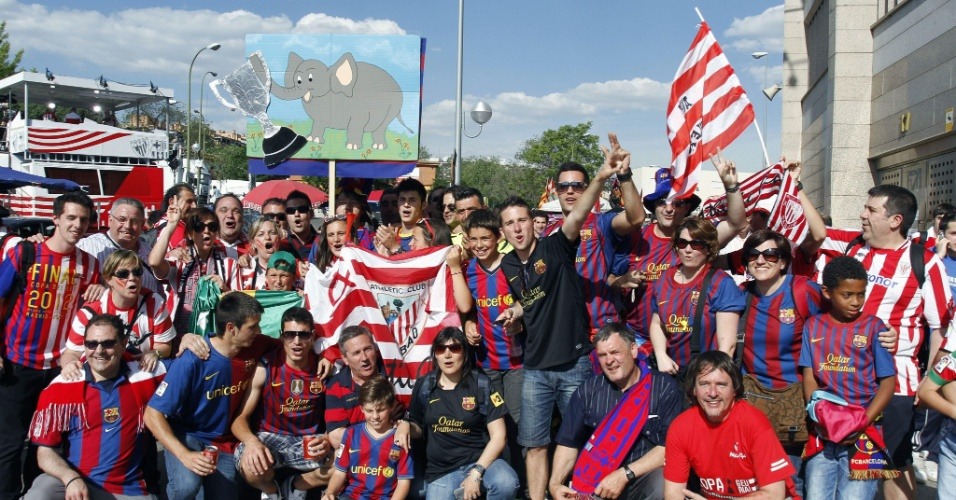 Torcedores do Athletic Bilbao e do Barcelona nos arredores do estádio Vicente Calderón, em Madri, antes do início da final da Copa do Rei