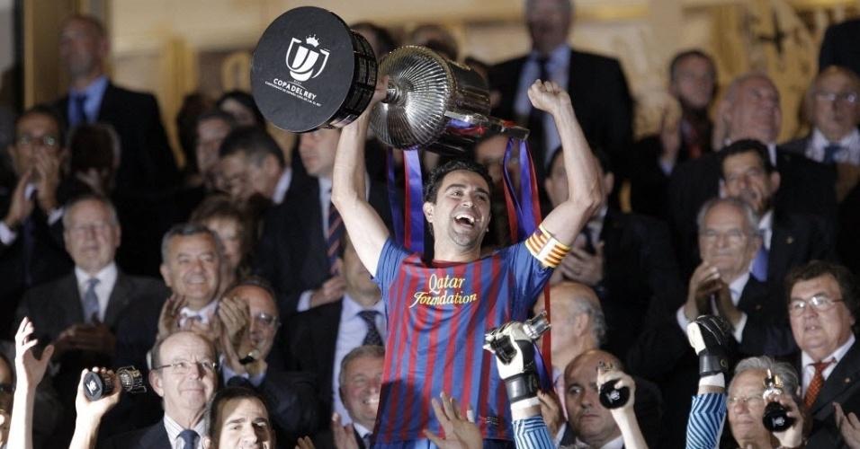 Xavi ergue a Copa do Rei, conquistada pelo Barcelona após a vitória por 3 a 0 sobre o Athletic Bilbao