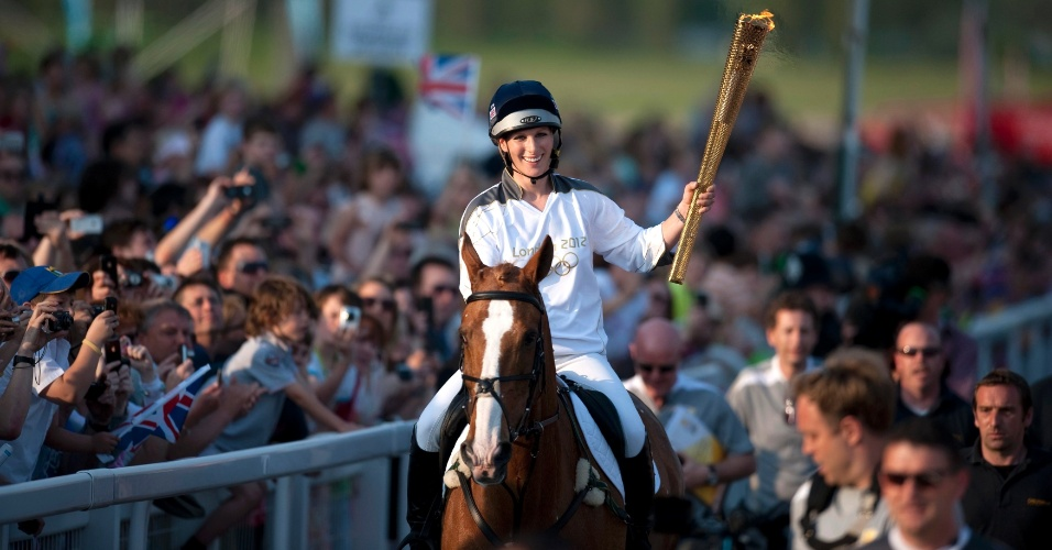 Zara Phillips, neta da rainha Elizabeth, carrega a tocha olímpica na cidade inglesa de Cheltenham