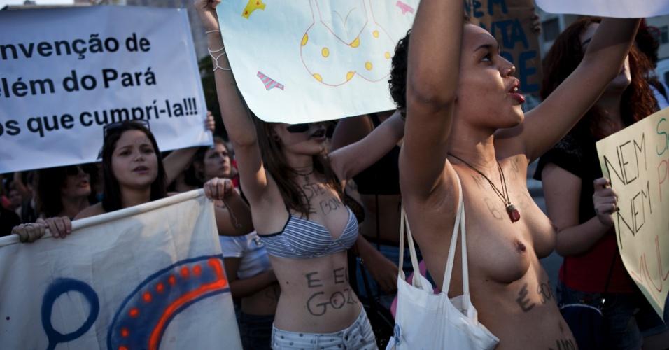 26.mai.2012 - A Marcha das Vadias fez barulho em Copacaba, no Rio de Janeiro. Um princípio de tumulto em frente à Igreja Nossa Senhora de Copacabana até precisou da interveção da Polícia Militar
