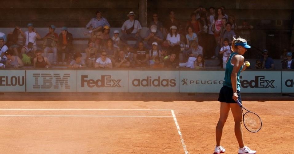 A russa Maria Sharapova teve que vencer o vento durante seu treinamento em Paris