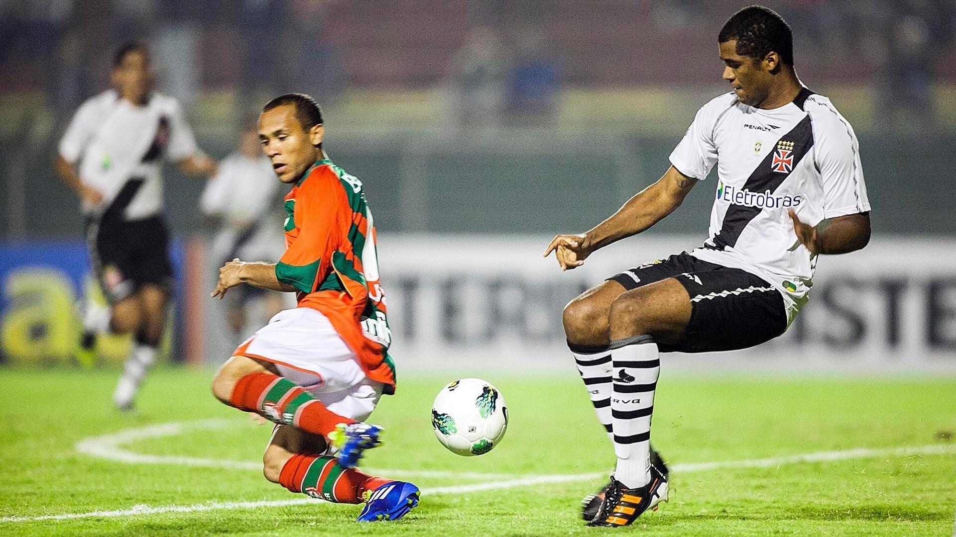 Ananias, da Portuguesa, divide lance com Renato Silva, do Vasco