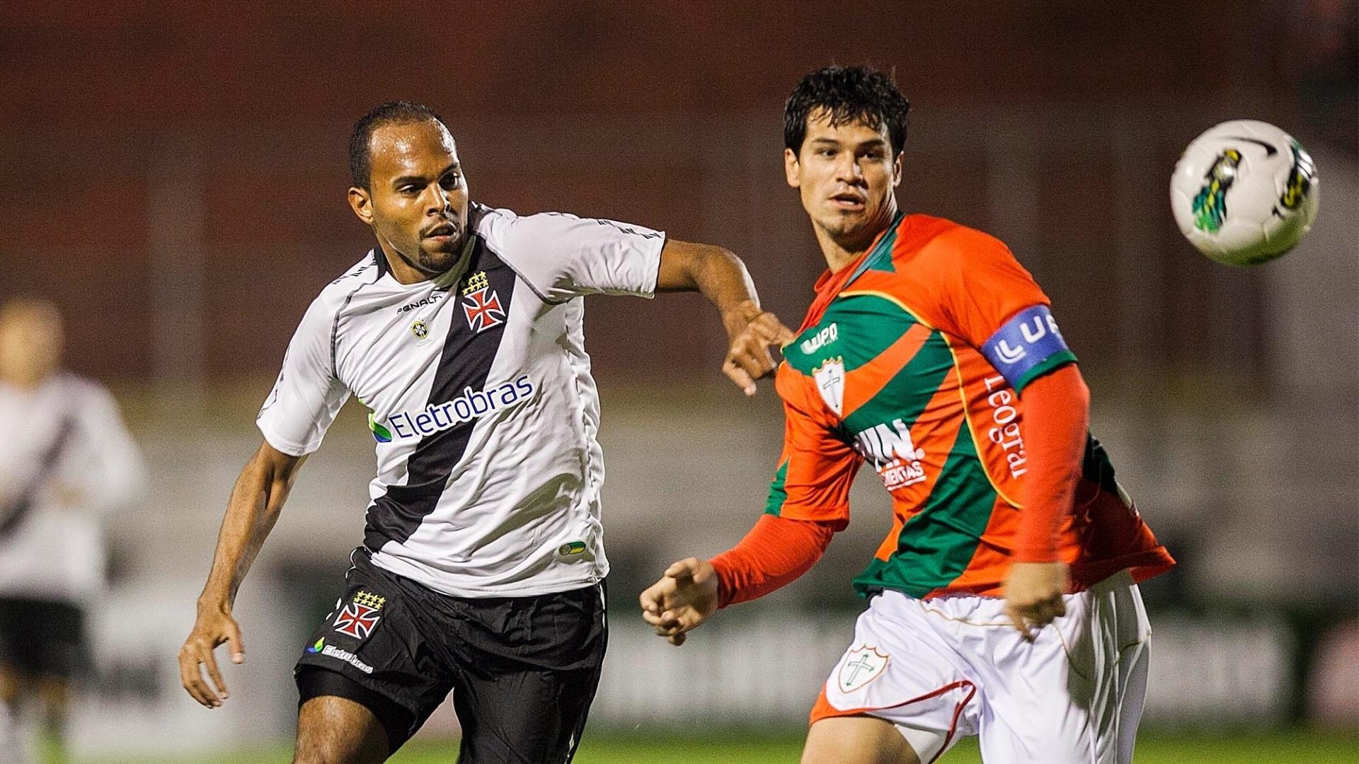 Artilheiro do Vasco, Alecsandro disputa lance com o capitão da Lusa, Rogério
