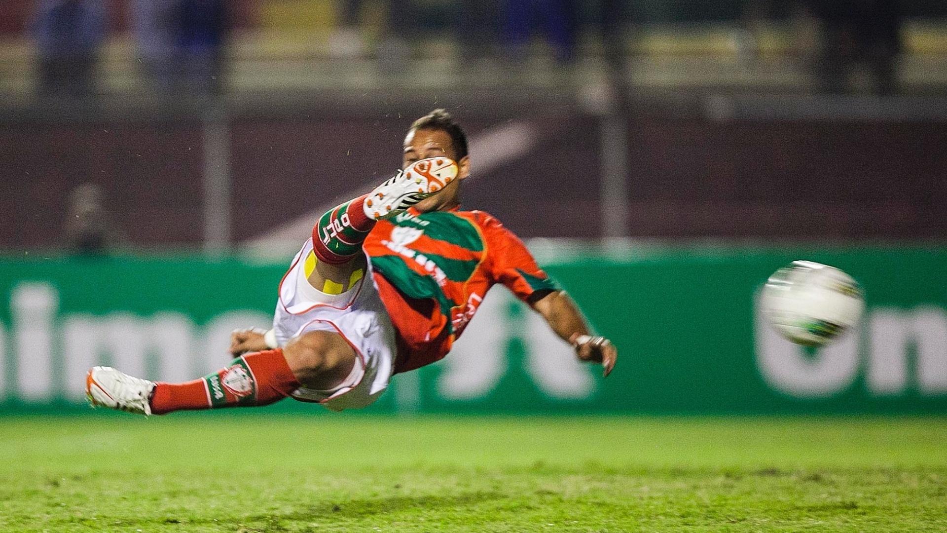Atacante Rodriguinho tenta voleio no final do segundo tempo, no Canindé