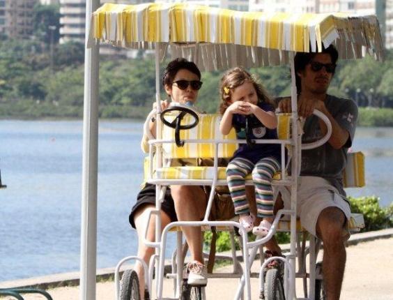 Débora Falabela anda de quadricículo na Lagoa com a filha e o namorado, Daniel Alvin