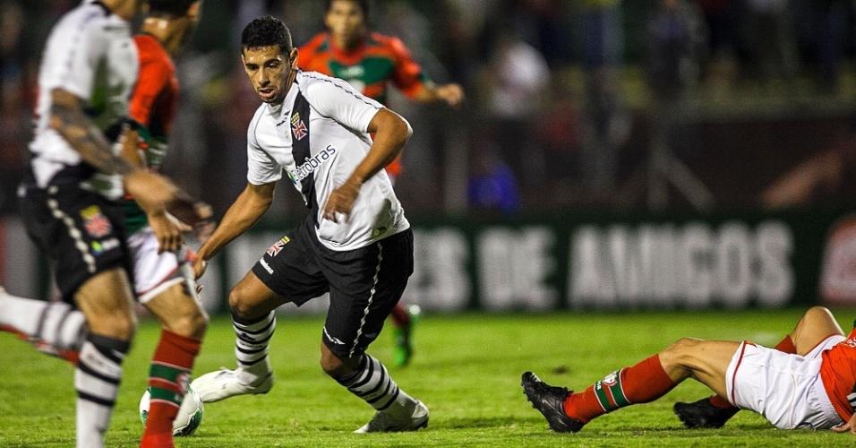 Diego Souza domina a bola no Canindé, após se livrar do marcador