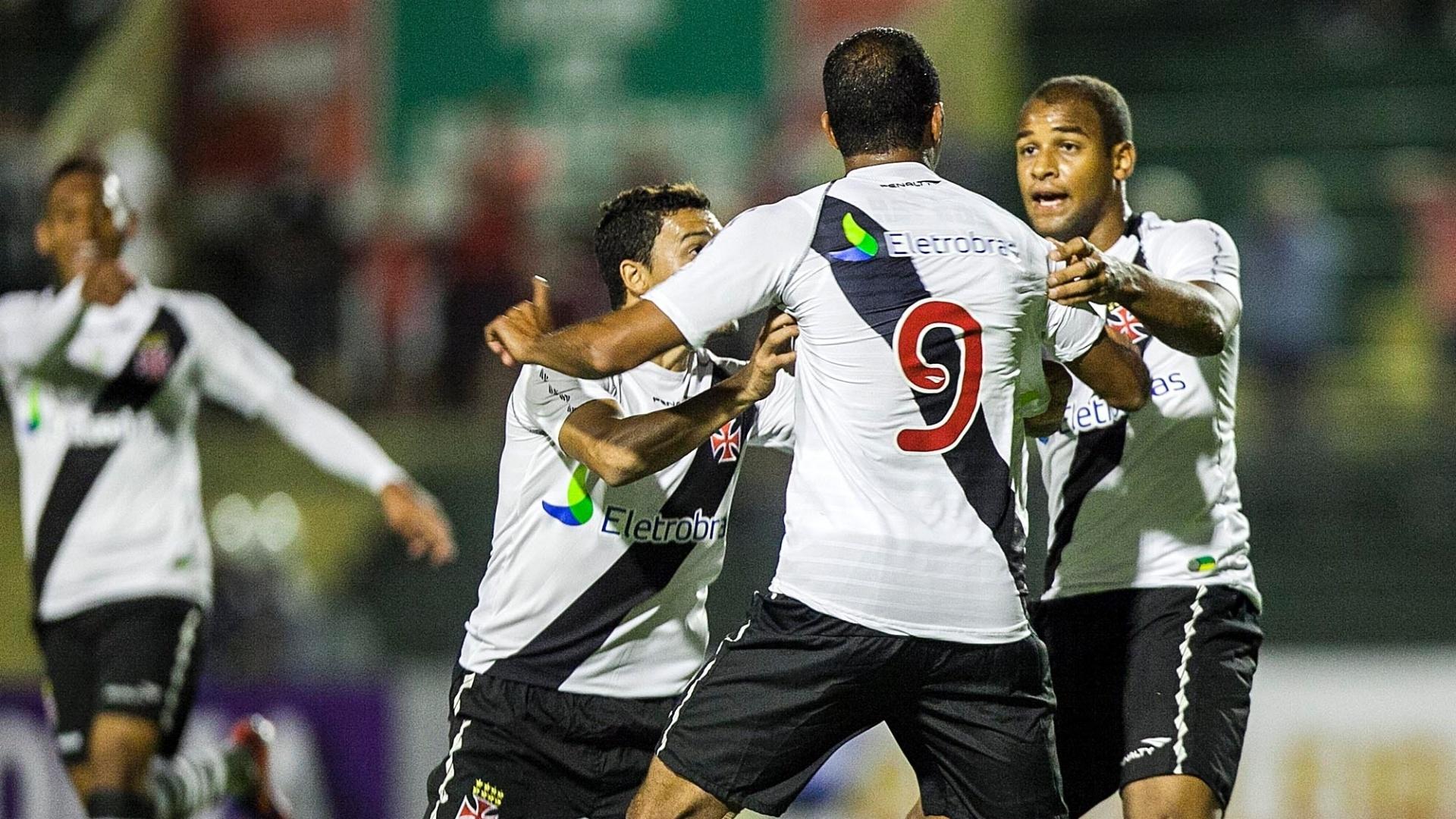 Fellipe Bastos (d) e Éder Luís (e) comemoram com Alecsandro o golaço do atacante