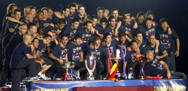 Jogadores do Barcelona posam com taças conquistadas, no Camp Nou