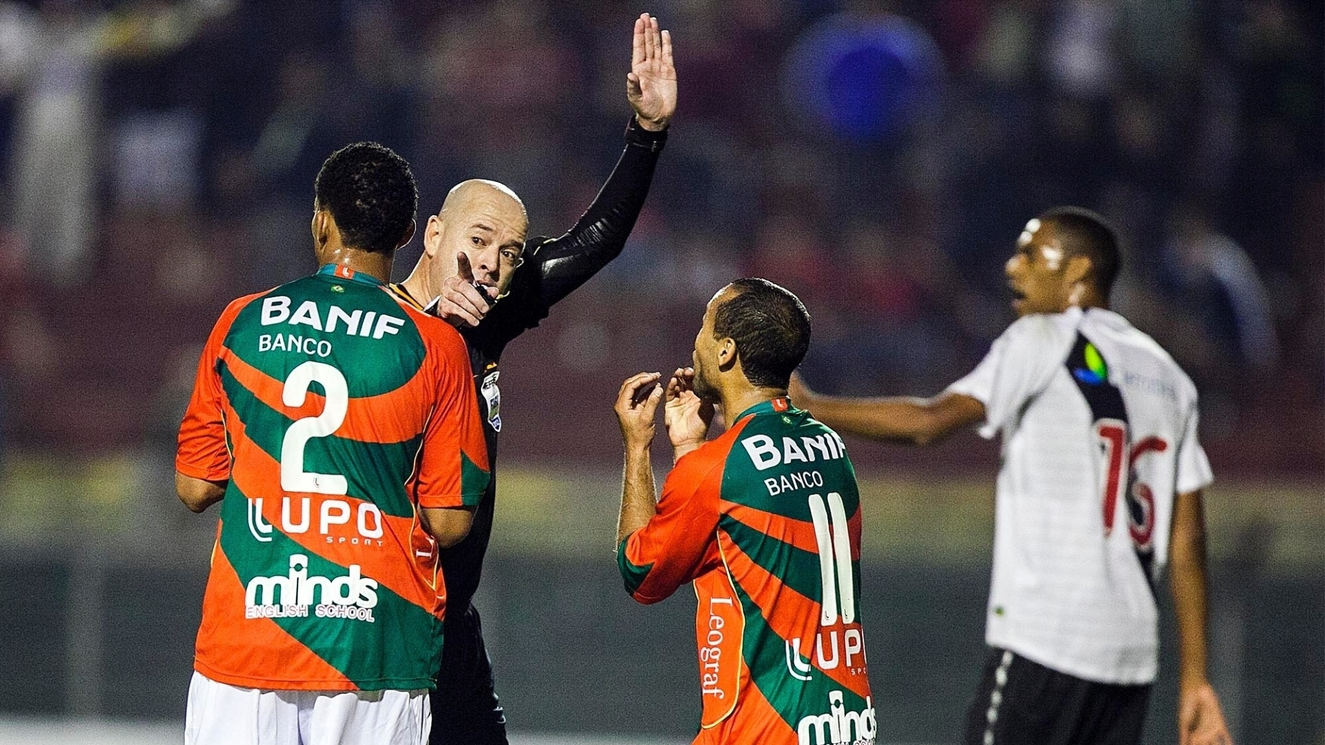 Luis Ricardo e Ananias reclamam com o árbitro, Héber Roberto Lopes, sobre o tempo de acréscimo