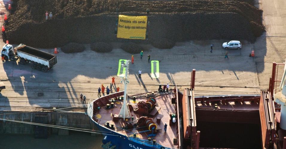 Manifestantes do Greenpeace voltaram a bloquear, na manhã deste sábado (26) o navio Clipper Hope, que pretende fazer um carregamento de 31 mil toneladas de ferro-gusa no porto de Itaqui, em São Luís. Os ativistas já haviam bloqueado a embarcação durante dez dias, em protesto que acabou na última quinta-feira (24)