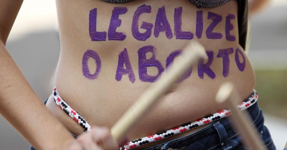 Manifestantes saem em passeata com o corpo pintado em Brasília. A Marcha das Vadias é inspirada no movimento