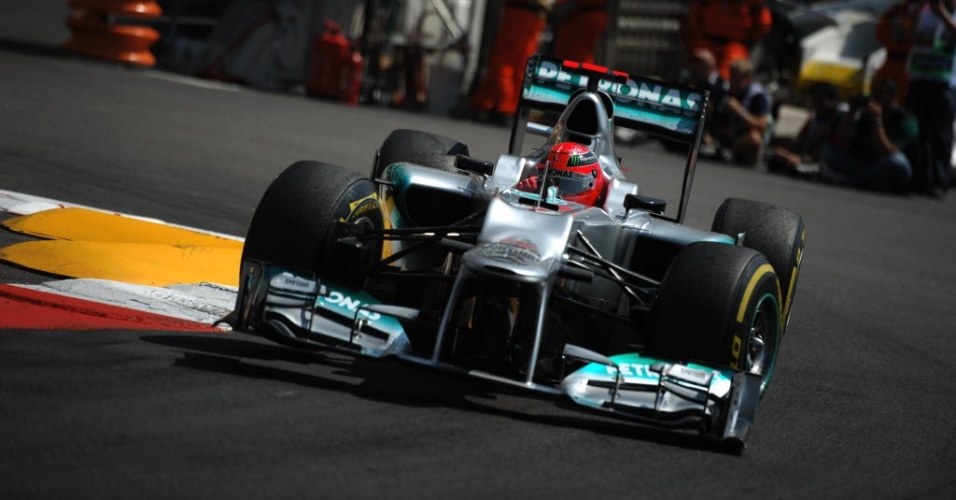 Michael Schumacher, piloto da Mercedes, durante treino deste sábado para o GP de Mônaco. Alemão foi o mais rápido do dia mas perdeu cinco posições no grid