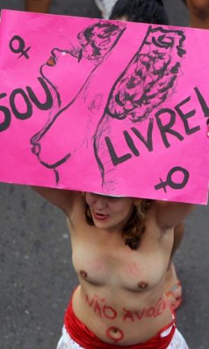 Mulher ergue cartaz durante a Marcha das Vadias, em Brasília. Neste sábado (26), cidades em todo o Brasil aderiram ao movimento, que começou no Canadá no ano passado e se espalhou pelo mundo
